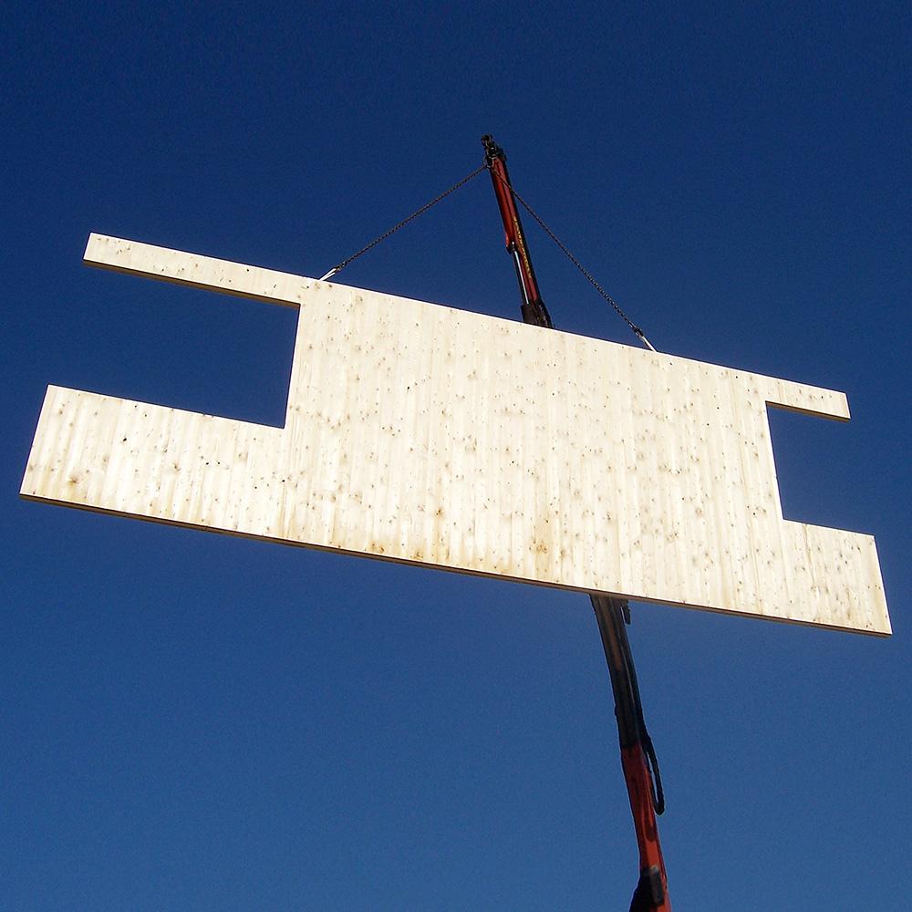 Aircampus Graz Holzwand mit Kran hochgezogen