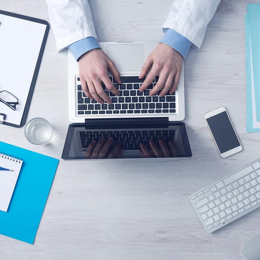 Aircampus Graz Arzt vor Laptop
