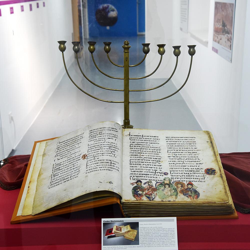 """Ausstellung """"Bist du bibel...?"""" Aufgeschlagene Bibel"""