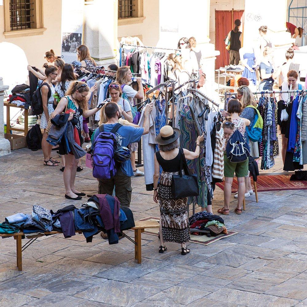 KF Uni Graz Fair Fashion Fest Studenten vor Kleiderstaender